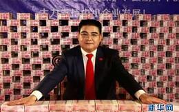 """Đại gia Trung Quốc gây sốc khi ngồi giữa """"núi"""" tiền"""