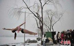 Ngắm thiếu nữ múa cột giữa băng tuyết