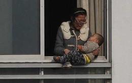 Hình ảnh ghi lại giây phút đáng sợ khi người phụ nữ định ném con từ tầng 12