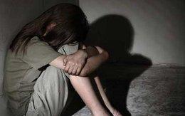 Gã thanh niên đồi bại dùng gạt tàn thuốc lá dọa bé gái để hiếp dâm