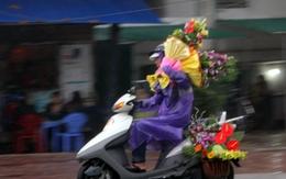 Đội mưa, vượt lũ, mua hoa cho người thương