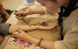 Cận cảnh cô gái vẽ Henna Tattoo thu bạc triệu mỗi tháng