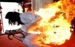 Bị người tình tẩm xăng đốt cháy khi đang mơ màng ngủ