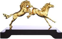 Ngựa dát vàng giá bạc triệu 'sốt' trước Tết cả tháng