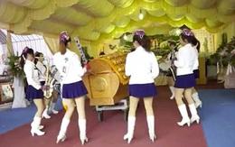 Khuấy động lễ tang bằng ban nhạc nữ sexy xinh đẹp