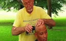 Cắt tóc cho khách với giá…1 cái ôm