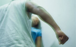 Bị chồng đánh, bố mẹ khuyên nên chịu đựng