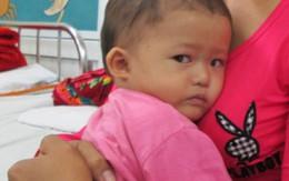 Bất lực nhìn con thơ 1 tuổi quằn quại trong cơn đau