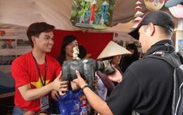 """Trung Quân bán hàng """"mát tay"""" ở Liên hoan Thanh niên - Sinh viên thế giới 2013"""