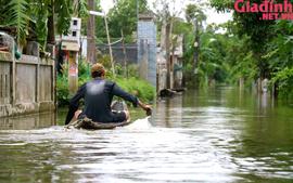 """Cuộc sống ở nơi """"đường biến thành sông"""", ghe thuyền làm phương tiện đi lại"""