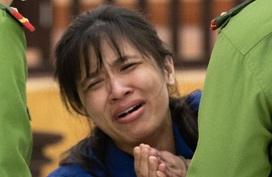 Bị cáo quỳ lạy, xin lỗi vì giết con gái 3 tuổi