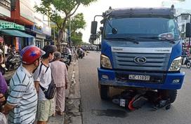 Dừng đèn đỏ, cô gái trẻ bị xe tải tông chết thảm