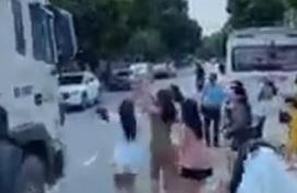 Mải mê bắt hoa cưới, các cô gái suýt lao vào xe container chạy trên đường khiến tất cả thót tim