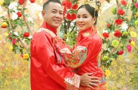 Vợ chồng em trai Quyền Linh, đạo diễn Quyền Lộc mừng 8 năm cưới
