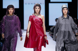 """Hoa hậu Việt Nam và Hoa hậu Hoàn Vũ """"so kè"""" nhan sắc trên sàn catwalk"""