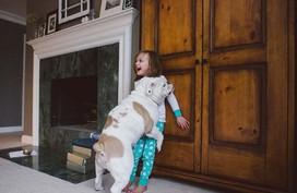 Tình bạn cực đáng yêu giữa cô bé 4 tuổi và chó cưng