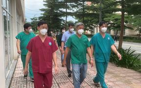 Thứ trưởng Bộ Y tế Nguyễn Trường Sơn thăm và động viên các y bác sĩ tại Bệnh viện dã chiến thu dung điều trị COVID-19 số 12