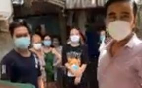 Quyền Linh tới xóm ve chai, người dân hỏi tiền cứu trợ và phản ứng xúc động của nam MC