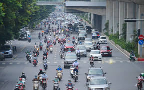 Đường phố Hà Nội đông nghịt sau khi dỡ bỏ toàn bộ chốt phân vùng, nới lỏng giãn cách xã hội