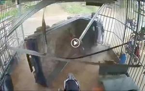 Kinh hoàng khoảnh khắc xe tải bất ngờ lao thẳng vào nhà dân, phá tan cửa sắt rồi lật ngửa