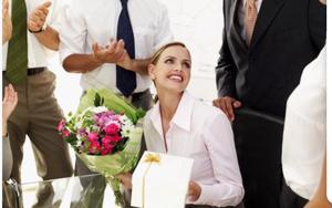 Sau cưới, chồng chưa một lần tặng hoa, quà cho vợ nhưng 20/10 lại tặng sếp bó hoa to khổng lồ