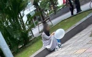 Xôn xao hình ảnh cô gái trẻ mang theo bình khí, thản nhiên ngồi hút bóng cười một mình trên vỉa hè ngày 20/10