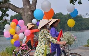 """Hà Nội thời tiết bất ngờ nắng đẹp, chị em tíu tít """"bung lụa"""" với áo dài nhân ngày Phụ nữ Việt Nam"""