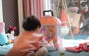 Bé gái 4 tuổi bị rách vùng kín sau khi nhập học được 2 ngày, gia đình hoang mang trước chi tiết bất thường từ đoạn phim giám sát