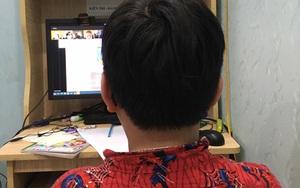 Trẻ bật khóc vì học online quá dài