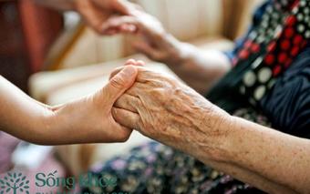 """Chăm sóc người cao tuổi mắc Covid-19 gặp nhiều khó khăn do dễ bị tâm lý, chuyên gia """"bật mí"""" cách giải quyết gốc rễ!"""