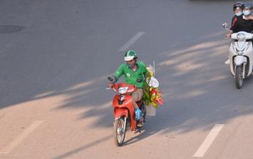 Shipper hoa tất bật khắp đường phố trong ngày Phụ nữ Việt Nam