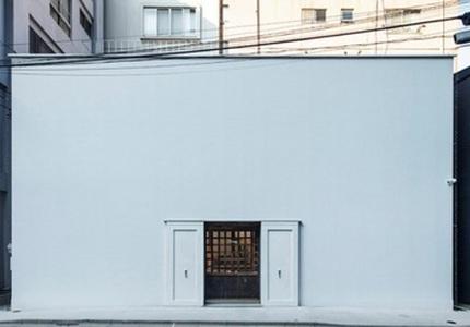 Bí ẩn đằng sau ngôi nhà hình vuông màu trắng
