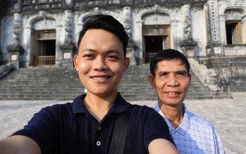 """Chuyến xuyên Việt """"lạ"""" của nam sinh 22 tuổi và bạn đồng hành... 74 tuổi"""