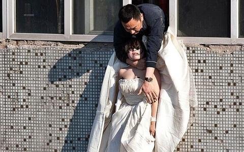 Cô gái mặc váy cưới nhảy khỏi tòa nhà, cuộc giải cứu nghẹt thở trong 54 giây và bức ảnh đạt giải thưởng gây xúc động mạnh