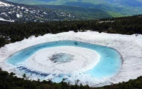 Kỳ lạ hồ nước biến thành 'Mắt rồng' chỉ trong một đêm ở Nhật Bản