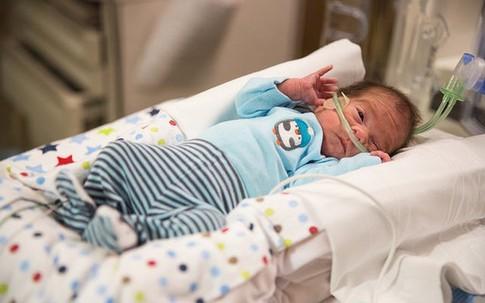 Cậu bé chào đời kỳ diệu sau 54 ngày mẹ chết não
