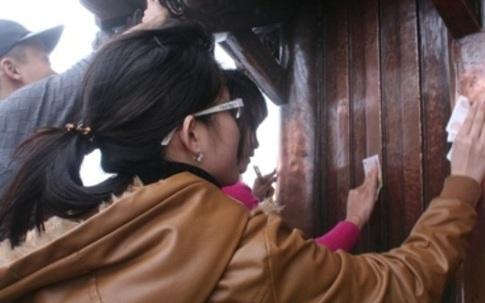 Đua nhau chà xát tiền vào chùa Đồng núi Yên Tử có may mắn?