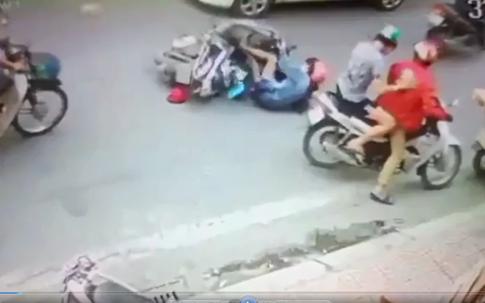 Clip người phụ nữ bị gã đàn ông đạp ngã vào ô tô khi đang đi trên phố