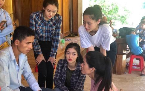 Các người đẹp Miss World Việt Nam chia sẻ với người dân vùng lũ xứ Thanh