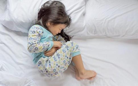 Trẻ đau bụng mà kèm thêm những triệu chứng như thế này thì nhanh chóng đưa trẻ đến bệnh viện