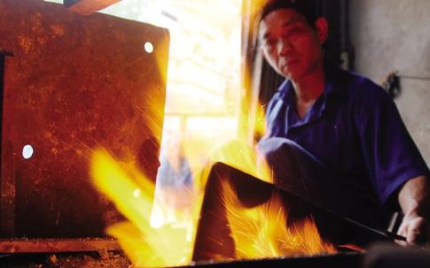 Bếp lửa bập bùng ở làng nghề dao kéo nghìn năm