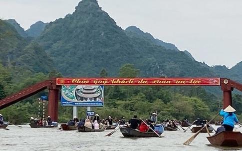 Xử lý hàng chục xuồng chở khách quá tải, sử dụng động cơ điện tại chùa Hương