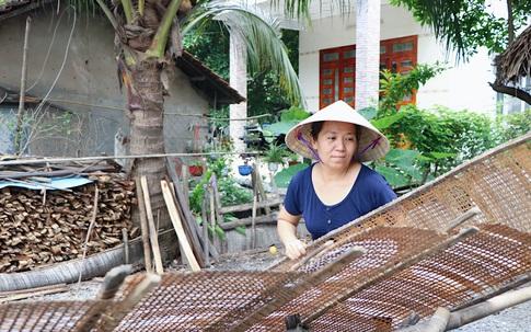 Từ bỏ làm hướng dẫn viên du lịch, người phụ nữ lui về góc bếp 'giữ hồn' bánh tráng truyền thống hơn 80 năm tuổi