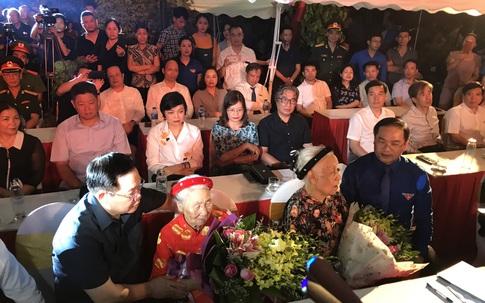 Xúc động hình ảnh thắp nến tri ân các Anh hùng, liệt sĩ tại Hà Nội