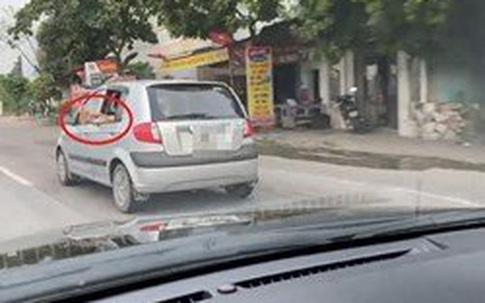 Đôi chân xấu xí thò ra ngoài cửa ô tô - hành động của người trong xe khiến tất cả ngán ngẩm