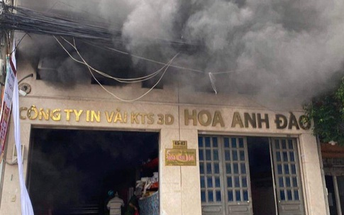 Giải cứu 2 người mắc kẹt trong đám cháy công ty ở Sài Gòn