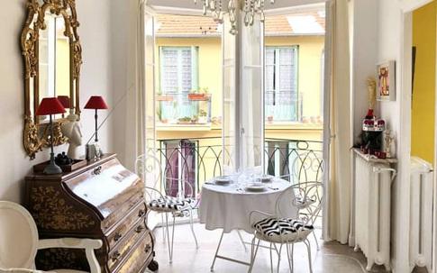 Căn hộ rộng 43m² được chàng trai độc thân cải tạo thành phong cách Địa Trung Hải với ánh nắng luôn ngập tràn