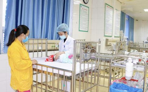 Từ vụ trẻ ngừng thở vì bố mẹ rửa mũi bằng xi lanh, bác sĩ hướng dẫn cách rửa mũi đúng