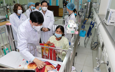 Bộ trưởng Bộ Y tế kiểm tra công tác trực cấp cứu, chúc Tết ở BV Việt Đức và BV Nhi Trung ương