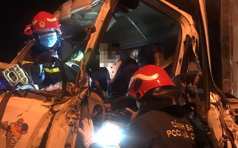 Hà Nội: Cắt cabin cứu 3 người bị thương nặng trong vụ xe tải đâm vào đuôi xe container